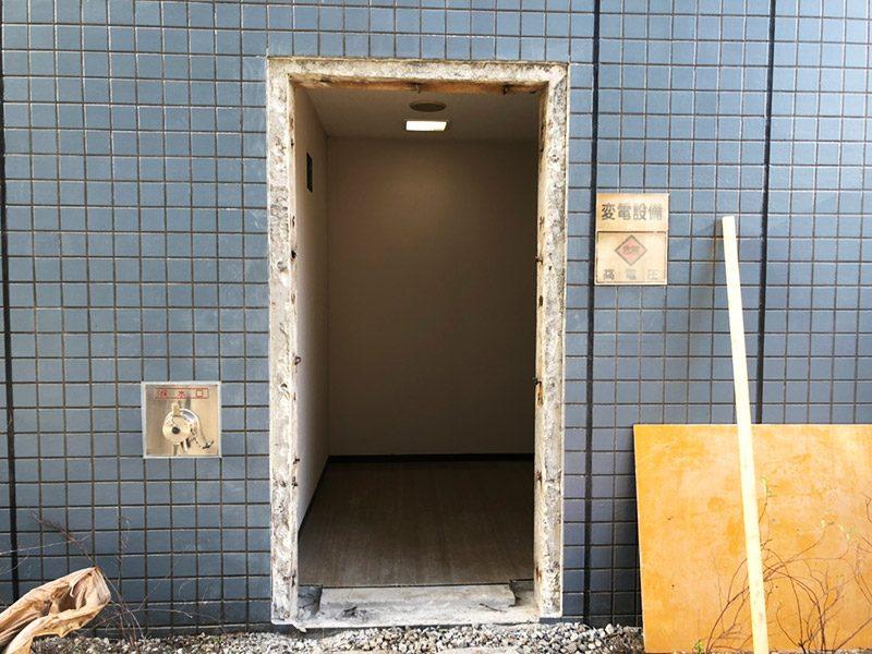 鉄扉ドア撤去施工中